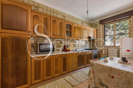 Large and equipped kitchen with electric oven and coffee machine