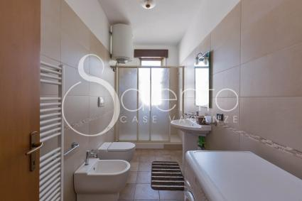 Bathroom with shower of the holiday home for rent