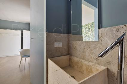 The second bathroom with shower of the holiday home for rent in Apulia
