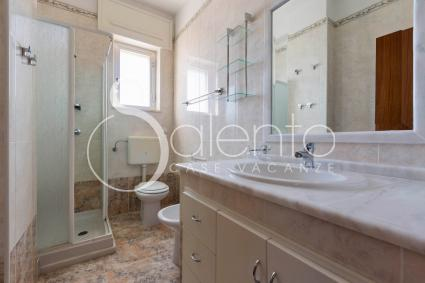 Bathroom with shower of the holiday home