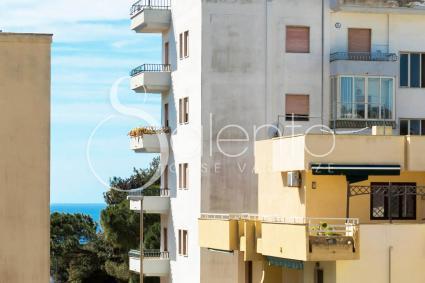 Il mare si trova a poca distanza, visibile anche dal balcone
