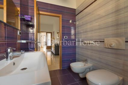 Bathroom with shower 2 characterized by the violet and grey shades