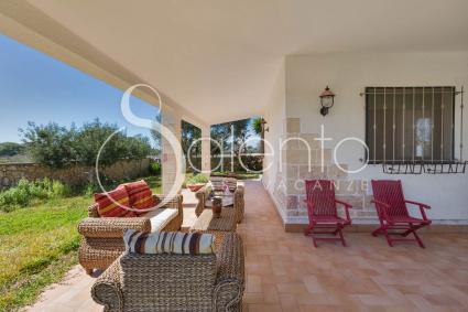 La veranda ad angolo consente di rilassarsi al fresco durante le ore di sole