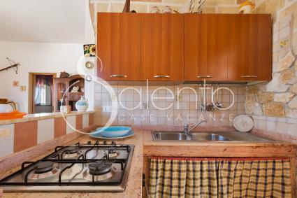 L`angolo cottura si affaccia sul soggiorno della casa vacanze sul mare di Porto Cesareo