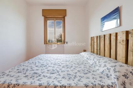 La zona con divanetto e poltrone, nell`ampio soggiorno