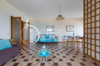 Ampio e luminoso il soggiorno dotato di sala da pranzo e di angoli per il relax