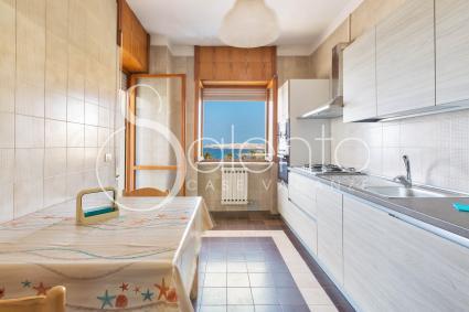 La cucina è ben equipaggiata e si affaccia sul mare