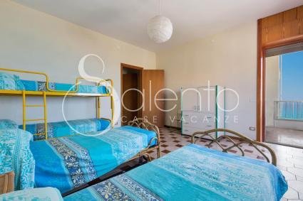 La camera da letto quadrupla con affaccio sul balcone