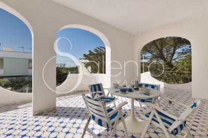 Il balcone con tavolo e sedie per trascorrere piacevoli momenti all`aperto