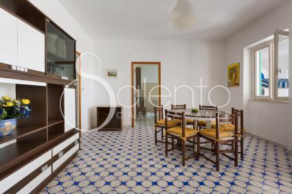 Il soggiorno con sala pranzo e divanetto