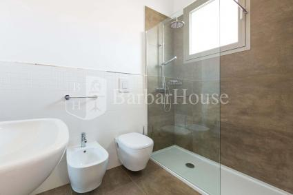 The large bathroom with shower of the holiday home for rent in Salento