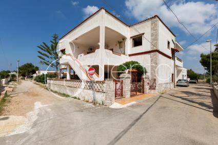 Complex of three independent holiday homes by the sea in Salento