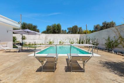Il solarium in piscina, per rilassarsi durante le vacanze in Puglia