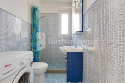 Il bagno doccia con lavatrice completa la zona giorno