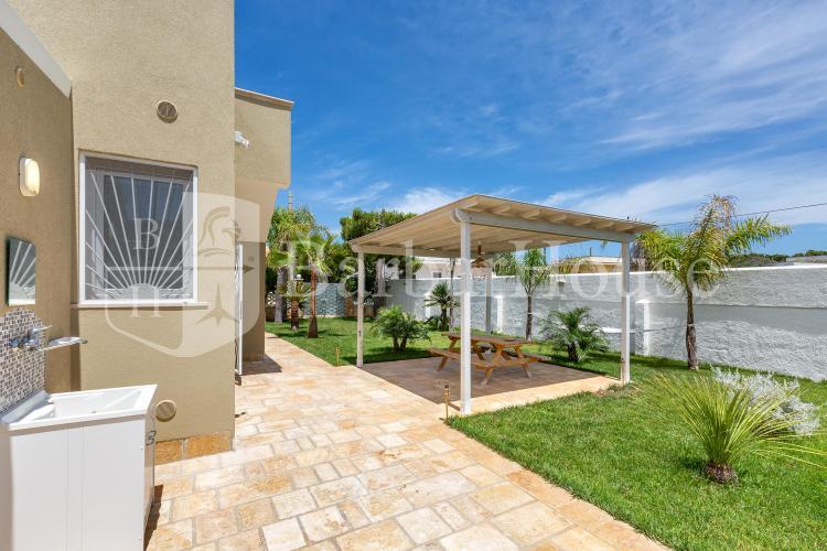 La veranda per il relax è arredata con tavolino e sedie in vimini