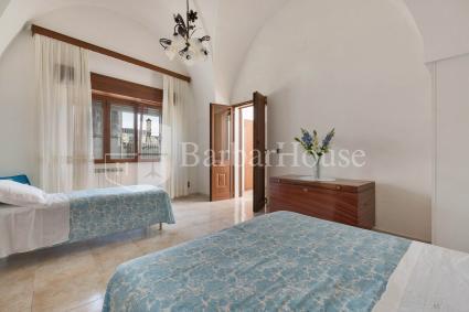 La camera da letto tripla della casa vacanze, con un letto matrimoniale e uno singolo