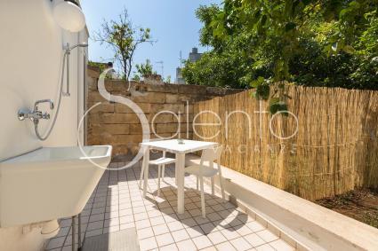 Nel piccolo giardino vi sono anche una pila e una doccia esterna
