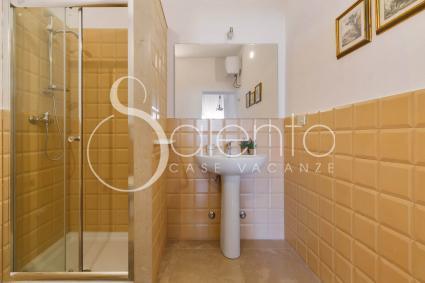 Una delle 3 camere ha il bagno doccia en suite