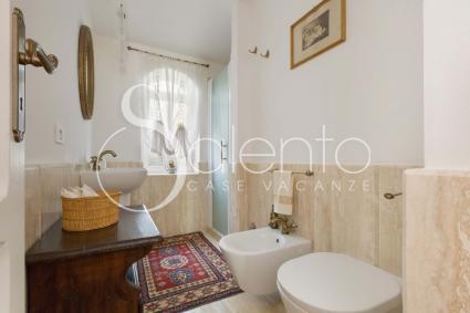 Il terzo bagno della villa è dotato di doccia