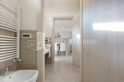 Ampio e luminoso il bagno della casa, con antibagno