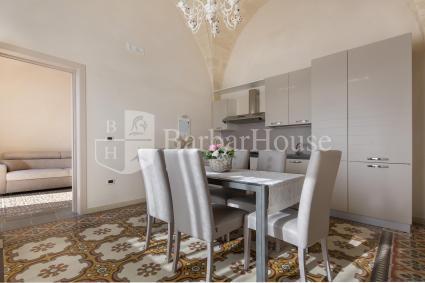Il soggiorno è arredato con sala da pranzo e cucina a vista dotata di lavastoviglie