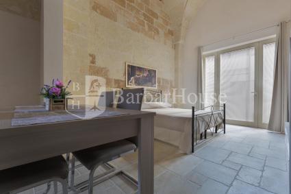 Sotto le caratteristiche volte a stella vi è una bella cucina e una camera matrimoniale