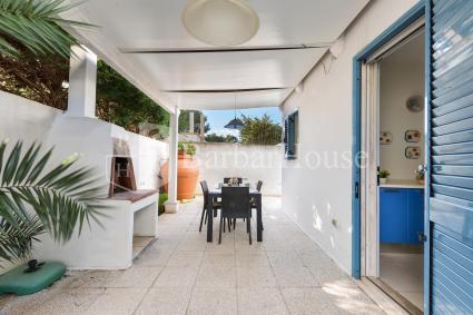La veranda sul retro è attrezzata per pranzare all`aperto