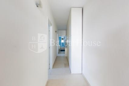 The hallway separates the living room from the sleeping area of the holiday home in Porto Cesareo