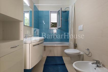 La casa vacanze in affitto è completata da un bagno con vasca/doccia