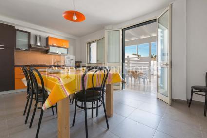 La casa vacanze si apre su un ampio soggiorno con cucina a vista