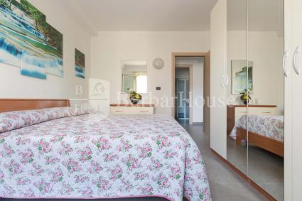 La camera da letto matrimoniale della casa, con aria condizionata