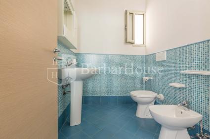 La casa vacanze si completa con 2 bagni doccia