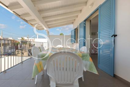 La terrazza coperta, con sala da pranzo per momenti di relax all`aperto vista mare