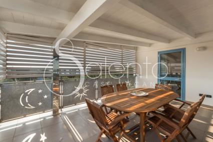 La splendida terrazza coperta, con sala da pranzo per momenti di relax all`aperto