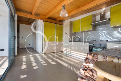 La moderna cucina sotto la tettoia in legno, con sala da pranzo e forno elettrico