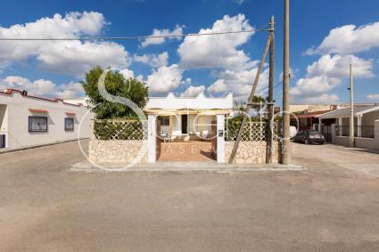 La villa è formata da due appartamenti con ingresso indipendente: Renzo e Lucia