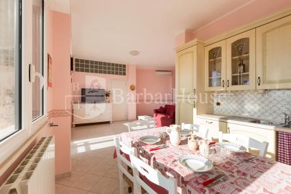 L`ampio soggiorno è composto da cucina a vista, sala pranzo e divano letto per 2 persone
