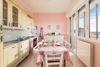 La cucina ha tutti gli optional, come forno elettrico, microonde, lavastoviglie