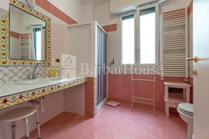 Ampio e luminoso il bagno doccia della casa vacanze, con lavatrice