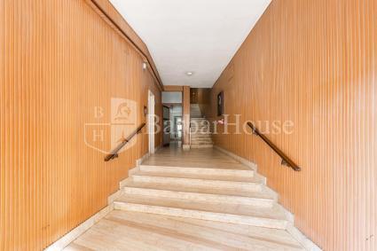L`ingresso al palazzo da cui partono le scale ai piani e l`ascensore