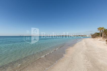 The nearest beach to the holiday home is only 10 meters away