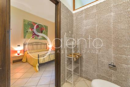 I Gelsi, A double bedroom with a bathroom with shower
