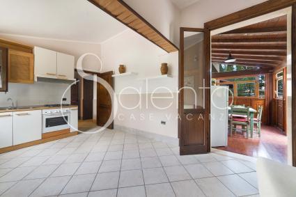 Dal soggiorno si entra nell`ampio cucinino arredato con angolo cottura