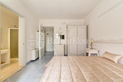 Camera 2 - Vi sono tv, frigo, casetta di sicurezza e zanzariere