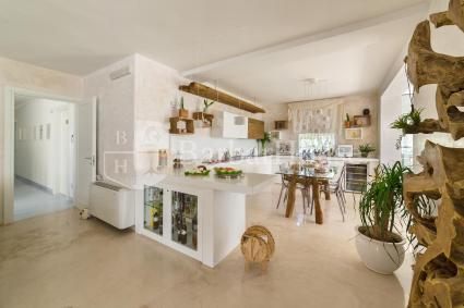 Moderna e superaccessoriata anche la cucina della struttura