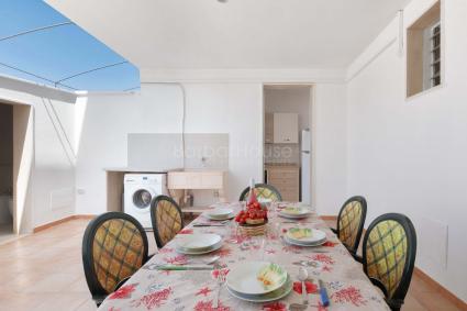 La casa vacanze è dotata di spazio esterno attrezzato con barbecue
