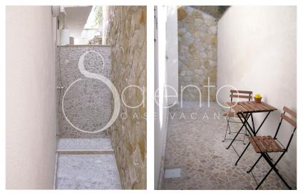 Nei piccoli spazi esterni vi sono un`utile doccia e un tavolino con sedie