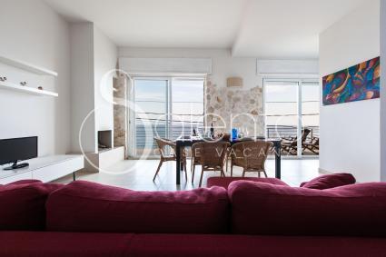 Il soggiorno con divano e sala da pranzo