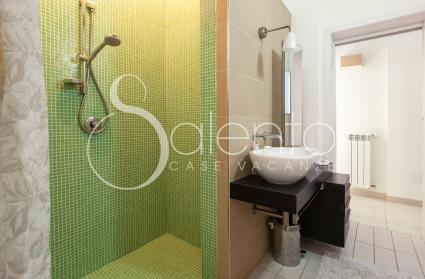 Il secondo bagno con doccia della casa vacanze a Castro, sul mare