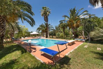 La piscina con solarium per rilassarsi durante le vacanze in Puglia